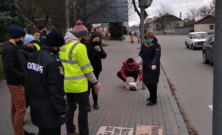 Шепетівські школярі нагадали пішоходам правила дорожнього руху