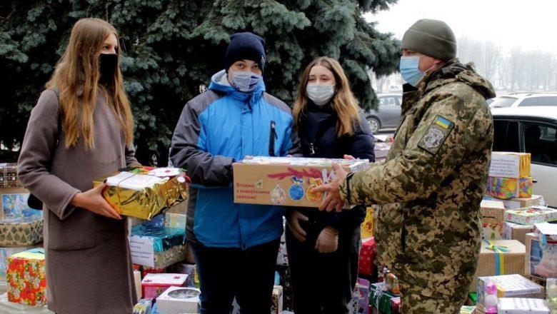 Школярі з Хмельниччини передали подарунки бійцям в ООС