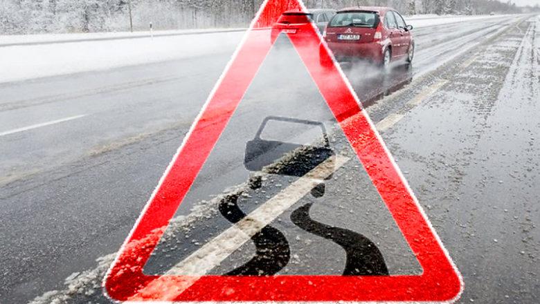 На Ізяславщині рятувальники витягнули два автомобілі з канави