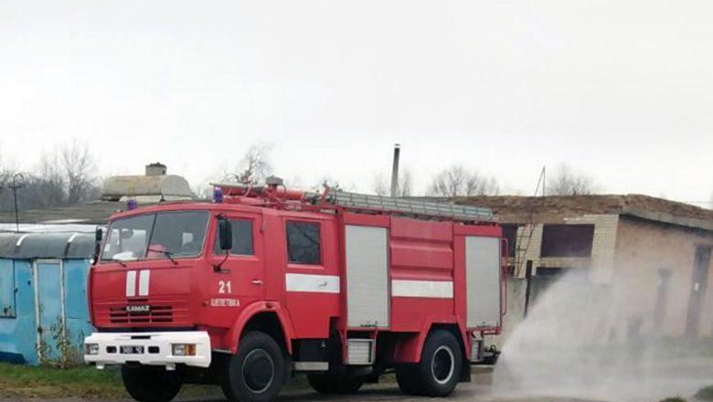 У Шепетівці пожежні врятували господарчу будівлю