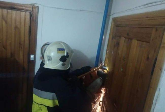 У Полонному рятувальники визволили пенсіонерку із закритої квартири