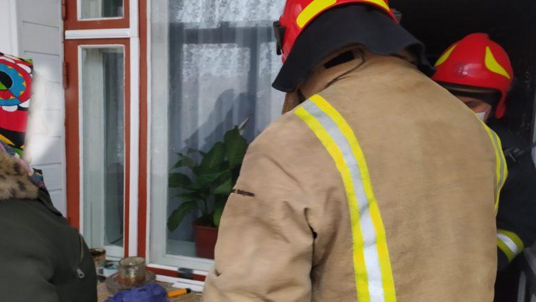 """Шепетівські рятувальники """"визволили"""" пенсіонерку, яка закрилась на власному балконі"""