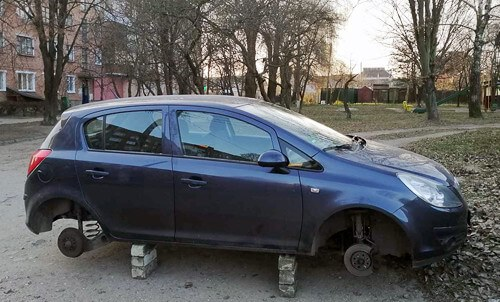 У Шепетівці зловмисники зняли колеса з автомобіля