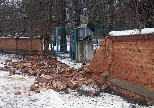 У Славутському парку обвалився цегляний мур