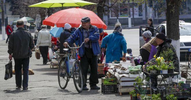 У Шепетівці стихійним торгівцям запропонували місця всередині ринку