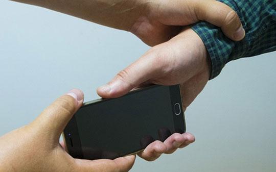 У Шепетівці чоловік забрав телефон у дітей, щоб їх батько віддав борг