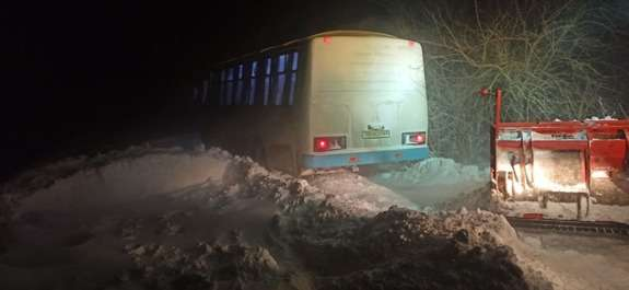 На Білогірщині рейсовий автобус застряг у снігу