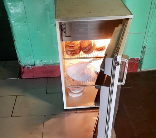 У Нетішині з'явились холодильники з харчами для безпритульних тварин
