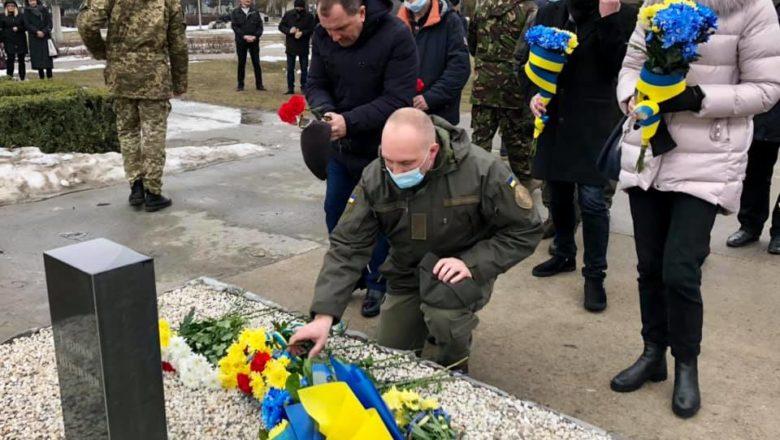 Нетішинці вшанували добровольців у війні з Росією