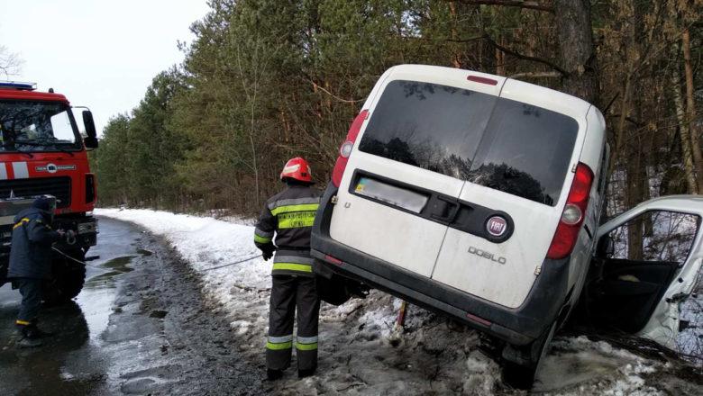 Внаслідок аварії на Славутчині пасажирку вирізали з авто