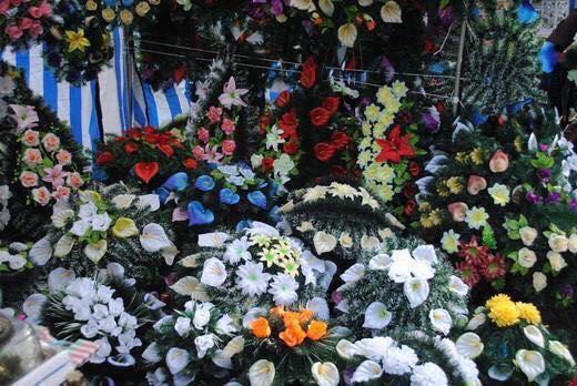 Жива любов: чому жителів Шепетівського району закликають не нести штучні квіти на могили родичів?