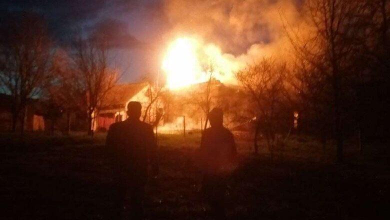 У Шепетівці палає житловий будинок