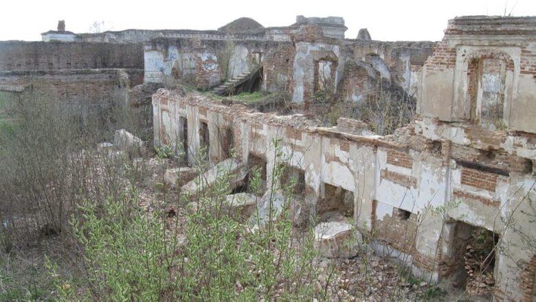 В Ізяславі впала 30-метрова стіна палацу Санґушків
