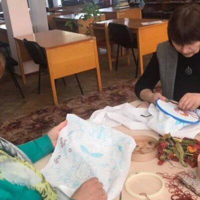 До дня народження рідного міста полончанка вишиває рушник-символ