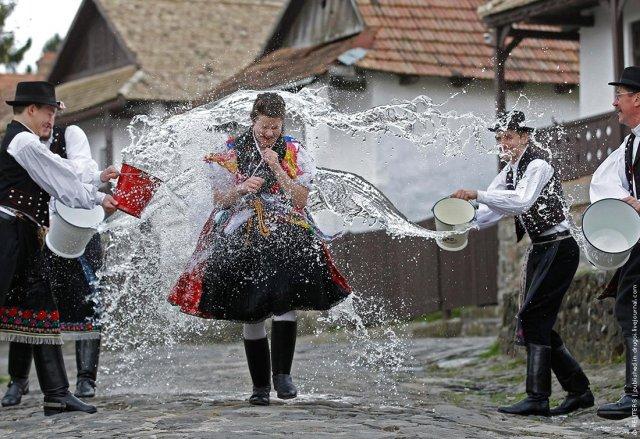 «Поливаний понеділок»: як святкують другий день Пасхи у Шепетівському районі