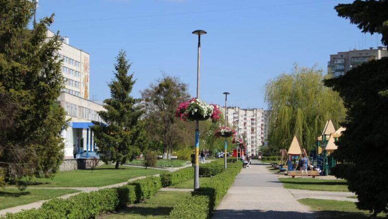 Нетішин квітує: одну з головних вулиць міста прикрасили флористичними композиціями