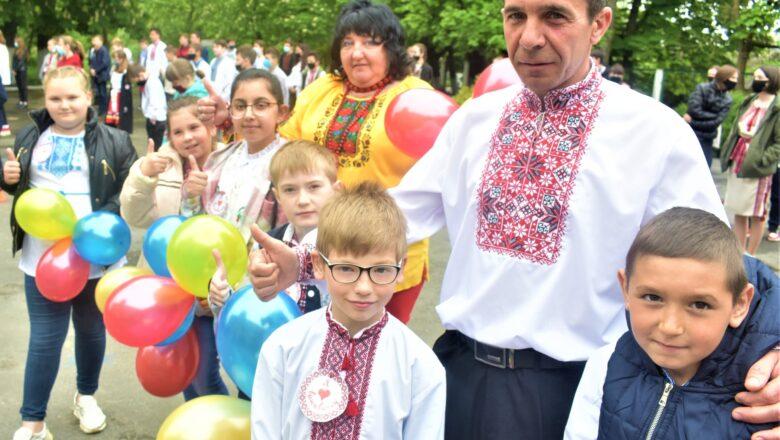 """Плесенські школярі організували парад вишиванок та створили """"вишивану"""" мапу"""