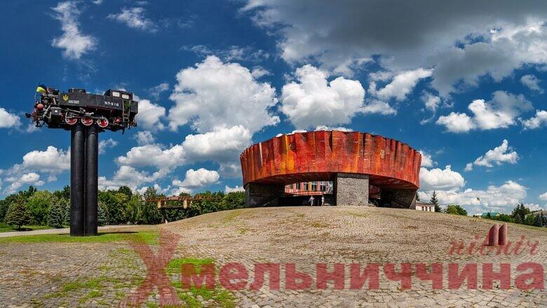 1200px-Музей_М._О._Островського._Панорама_з_паровозом