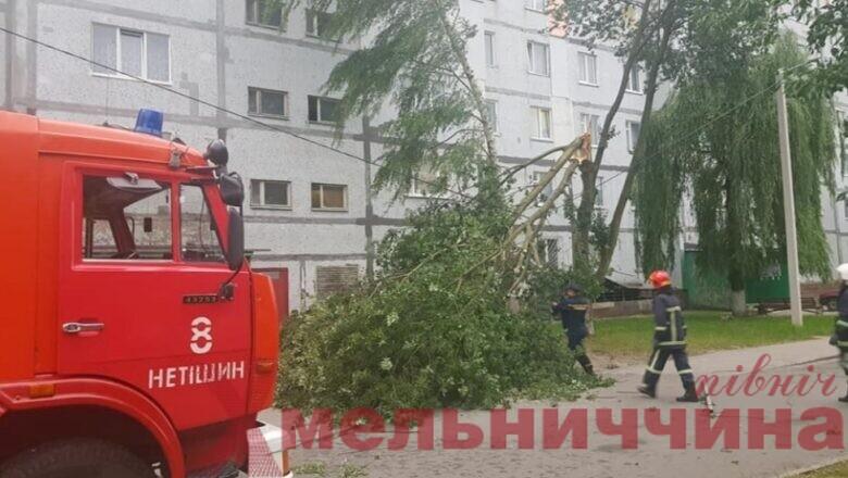 Повалені дерева та перекрита дорога: у Нетішині вирував буревій