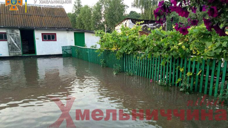 Внаслідок негоди одне із сіл Сахновецької громади  підтопило: стихію приборкували рятувальники