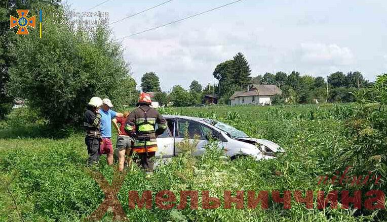 ДТП на Ямпільщині: іномарка злетіла у кювет
