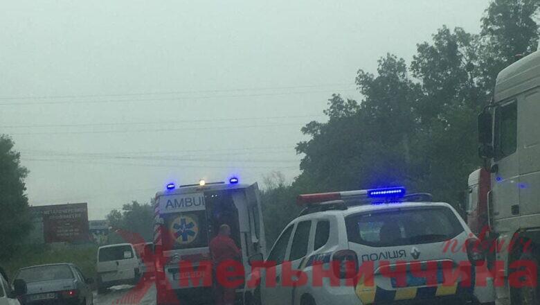 Щойно на в'їзді у Шепетівку сталась ДТП: зіткнулись легковик та вантажівка