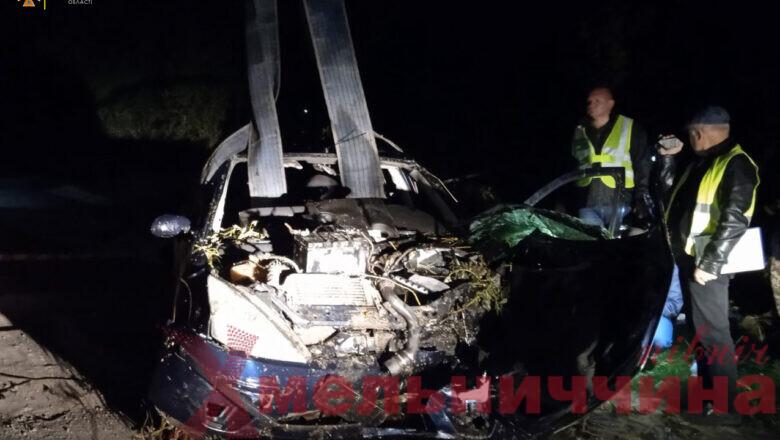 Летальна ДТП на Хмельниччині: автівку з води діставали рятувальники (відео)