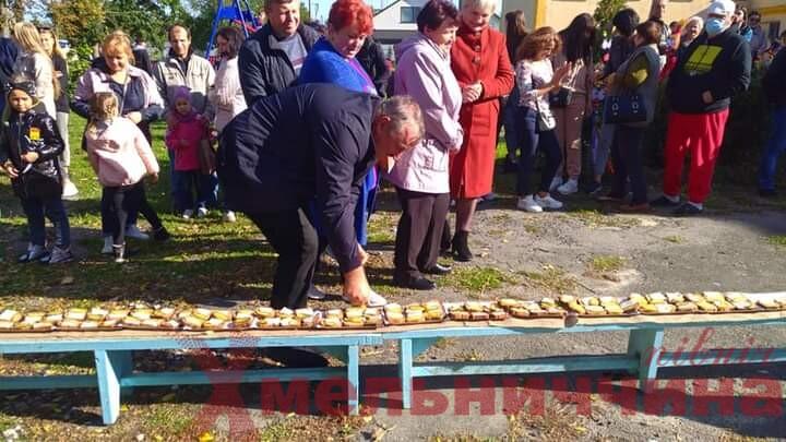 У Нетішинській ТГ відбувся ярмарок: бутерброд з салом занесли до книги рекордів Кривина