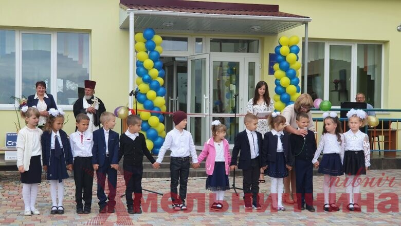 За парти Залузького ліцею сіли 12 першокласників: школа чекала на них 32 роки