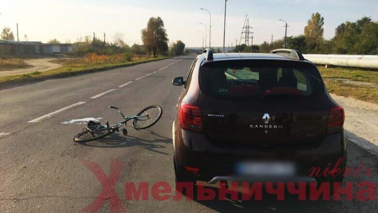 Смертельна ДТП у Нетішині: велосипедист врізався у відкриті дверцята автомобіля та помер