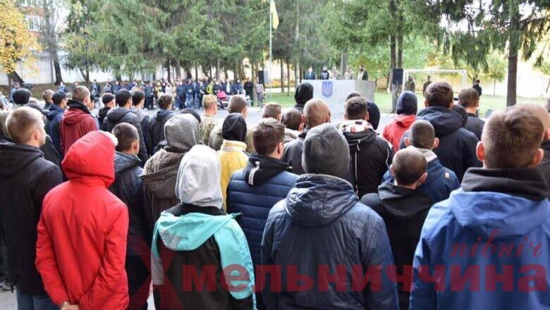 Майже шість сотень юнаків із Хмельниччини одягнуть військову форму