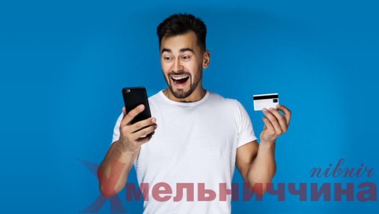 Скільки треба працювати українцеві, аби заробити на новий айфон (інфографіка)